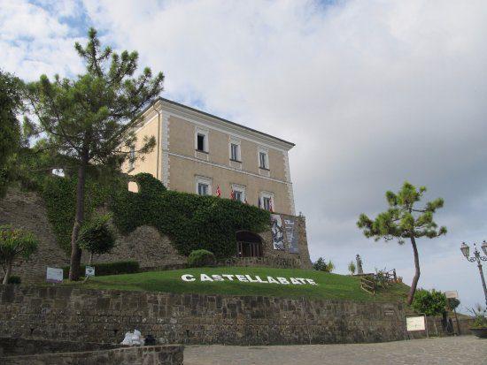 Il borgo di Castellabate visto dal drone – video