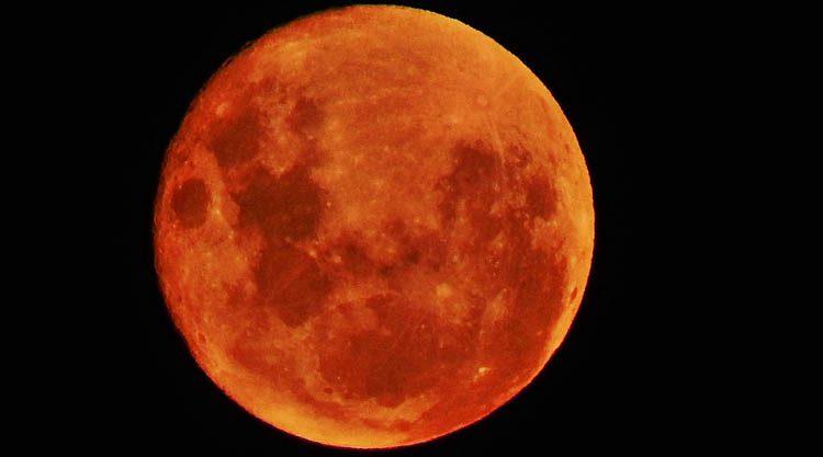 Eclissi del 21 gennaio, ecco perché il satellite si colora di rosso