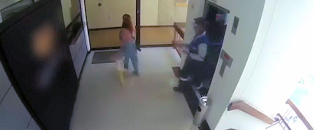 Curiosita': La donna parla al cellulare e il bimbo si dirige verso le scale – video