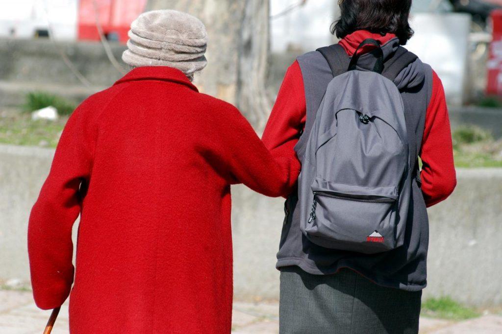 """anziana badente braccio fg 1024x682 - Covid: """"Persone con demenza più a rischio"""""""