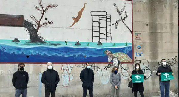 Salerno e Street Art: il tuffatore in un mare di plastica