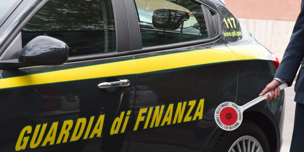 gdf - G. di F., controlli e sequestri di materiale contraffatto nel salernitano
