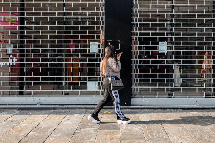 negozioserranda abbassata fg - Lockdown, oltre 4 italiani su 10 favorevoli: sondaggio Emg/Adnkronos