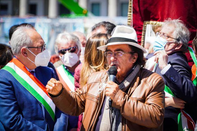 """Sindaci del sud a Napoli. In piazza anche Al Bano: """"Non siamo una zavorra"""" – video"""
