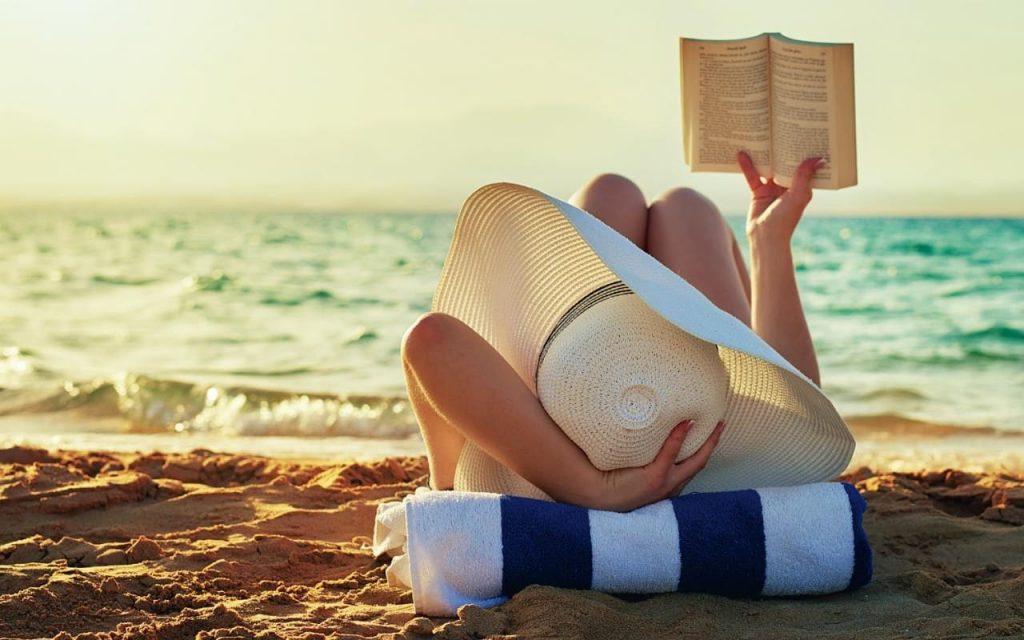 """Books on the beach 1024x640 - Cilento, box con libri da leggere gratuitamente: parte il progetto """"Libri in spiaggia"""""""