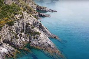 Il Cilento visto dal drone: Marina di Ascea, la torre di Velia, il lungomare e la scogliera – video